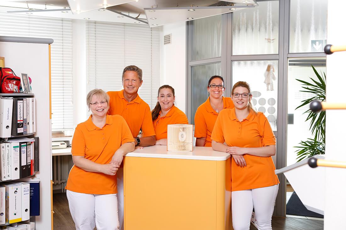 Günstiger Zahnersatz Kassel in Guxhagen - Dr. Bernd - unser Team am Empfang der Praxis