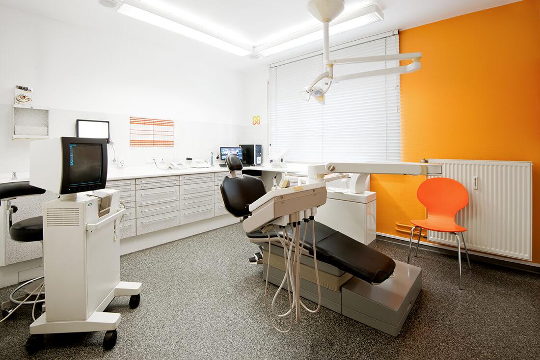 Günstiger Zahnersatz nahe Kassel - Dr. Bernd - Behandlungszimmer in der Praxis